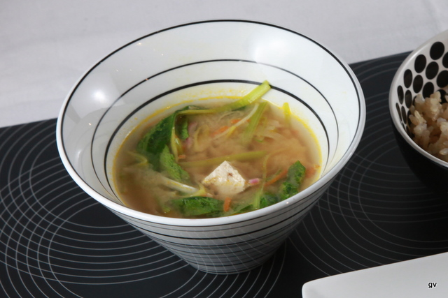 Soupe miso aux fanes de radis et tofu frit
