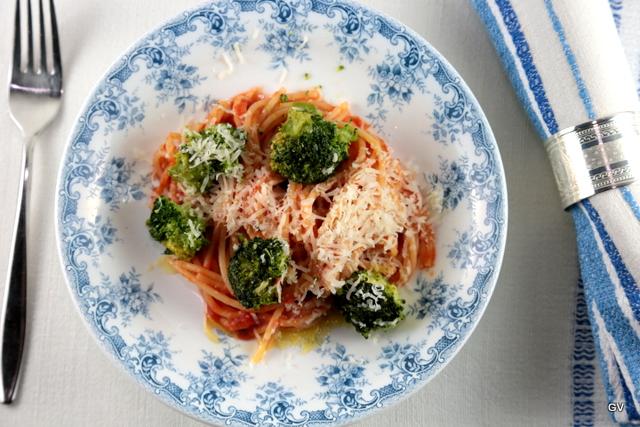 Spaghettis au brocoli et à la sauce tomate