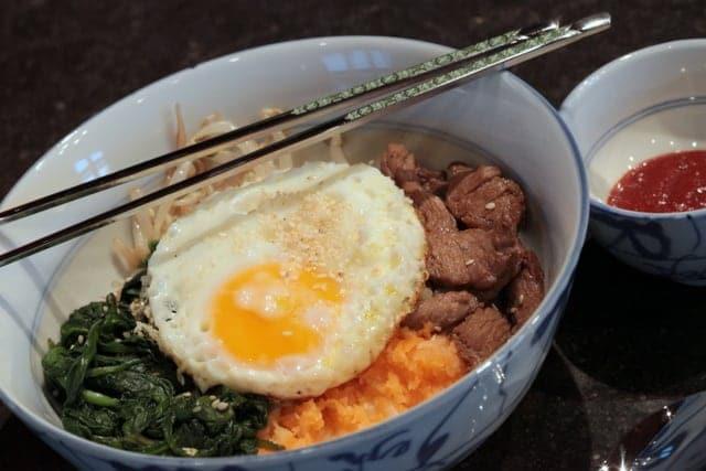 Bibimbap, riz recouvert de boeuf et de légumes
