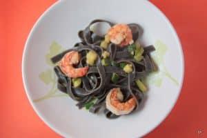 Tagliatelles noires aux crevettes et aux courgettes
