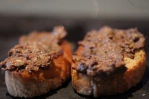 Crostino, pain grillé aux foies de volaille