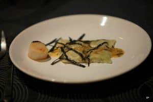 Ravioles aux algues, saint Jacques et sauce au miso