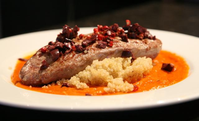 Agneau au quinoa, sauce au poivron